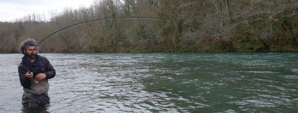 Combat avec une grosse truite au toc en grande rivière
